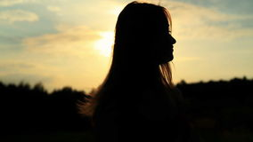 Une silhouette d'une femme sur un coucher du soleil la touchant clips vidéos