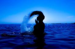 Une sirène émerge de la mer et du x28 ; 31& x29 ; Photo stock