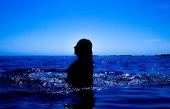 Une sirène émerge de la mer et du x28 ; 28& x29 ; Image libre de droits