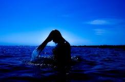 Une sirène émerge de la mer et du x28 ; 26& x29 ; Photos libres de droits