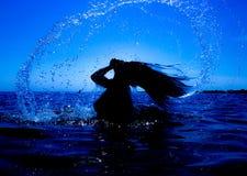 Une sirène émerge de la mer et du x28 ; 21& x29 ; Photographie stock
