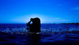 Une sirène émerge de la mer et du x28 ; 20& x29 ; Images stock