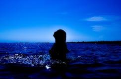 Une sirène émerge de la mer et du x28 ; 24& x29 ; Photos libres de droits