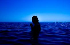Une sirène émerge de la mer et du x28 ; 19& x29 ; Image libre de droits