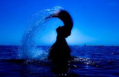 Une sirène émerge de la mer et du x28 ; 10& x29 ; Photos libres de droits