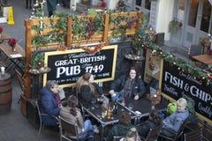 Une société des amis s'assied dans un bar au jardin de Kovet, à la bière potable et à parler Photographie stock