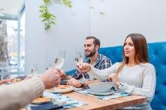 Une société des personnes passent le temps dans un café, mangent et boivent Photo libre de droits