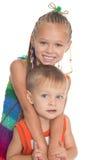 Une soeur plus âgée étreignant un enfant de mêmes parents Images libres de droits