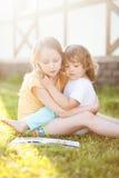 Une soeur plus âgée a lu un livre à la fille mignonne d'enfant en bas âge Images stock