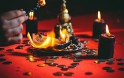 Une sorcière tient un rituel pour l'argent Image stock