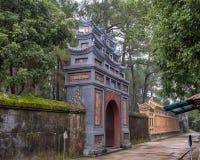 Une sortie du complexe du TU Duc Royal Tomb vu de l'intérieur photo stock