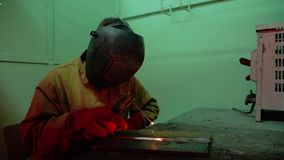 Une soudeuse effectue la soudure de deux pièces en métal de l'électrode Étincelles disponibles de mouche banque de vidéos