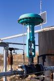 Une soupape de commande verte sur le gazoduc Photographie stock