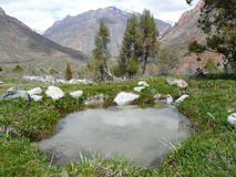 Une source dans les montagnes Photographie stock