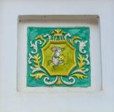 Une souris avec un morceau de fromage Plancher carrelé dans la conception du palais du plan rapproché de souris, Myshkin photos libres de droits