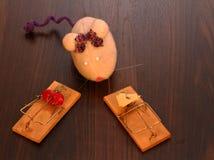 Une souris de jouet et deux pièges Photographie stock libre de droits