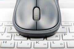 Une souris sans fil placée sur le clavier d'ordinateur portable Photographie stock libre de droits