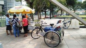 Une stalle au pont historique Singapour de Cavenagh Images stock