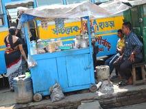 Une stalle de thé de bord de la route dans Kolkata, Inde Image stock