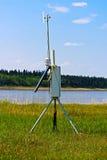 Une station de surveillance de temps près d'une rivière Photographie stock libre de droits
