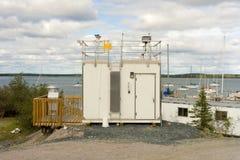 Une station météorologique à une petite marina dans les Territoires du nord-ouest photographie stock libre de droits
