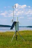 Une station météorologique solaire à la communauté à distance Images stock