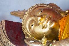 Une statue étendue de Bouddha dans le temple thaïlandais du nord Images stock