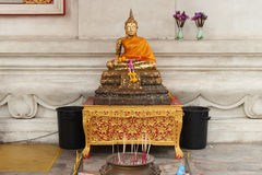Une statue d'or de Bouddha a été installée sous le hall du bâtiment principal de Wihan Phra Mongkhon Bophit à Ayutthaya (Thaïland Image libre de droits