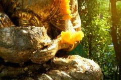 Une statue d'or de Bouddha photos stock