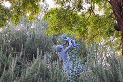 Une statue d'une jeune mère et d'un bébé Photo stock