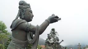 Une statue d'un bodhisattva qui apporte des cadeaux à Bouddha en Hong Kong Image stock