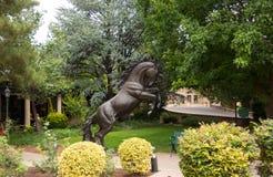 Une statue dans un jardin luxuriant au sedona Photographie stock libre de droits