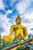 Une statue de Bouddha de géant regarde au-dessus de la Thaïlande du centre le coucher du soleil du temple de Bongeunsa Image libre de droits