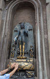 Une statue de Bouddha près de temple de Mahabodhi Image stock