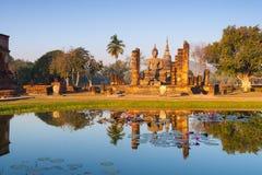 Une statue de Bouddha reflétée dans l'étang de lotus image stock