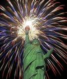 Une statue de Liberty Fourth de célébration de feux d'artifice de juillet Image libre de droits