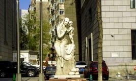 Une statue de mère et de fils Photos libres de droits