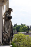 Une statue de vieil homme avec un mouton sur un bâtiment dans Baden-Baden Images stock