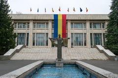 Une statue devant les forces de terre construisant à Sibiu, Roumanie Photos stock