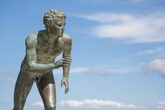 Une statue 'du coureur' dans le jardin d'Achilleion à Corfou Images libres de droits