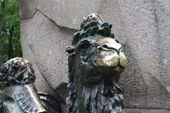 Une statue en bronze d'un chameau dans le jardin d'Alexandre ? P?tersbourg photos stock