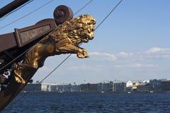 Une statue fière de lion sur le bateau, St Petersburg Photos stock
