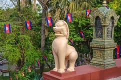 Une statue ou un leogryph de lion aux étapes du stupa principal de Wat photos stock