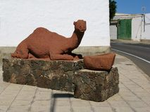 Une statue rouge d'un dromadaire photographie stock libre de droits