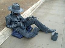 Une statue vivante d'une séance italienne de ganster, demandant l'aide et gardant des revolvers image libre de droits