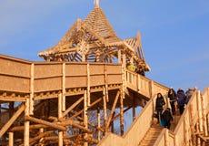 Une structure énorme des rondins pour le divertissement des personnes sur un Na Image libre de droits