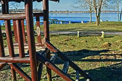 Une structure du jeu d'enfants de ressort est située dans une arrière cour donnant sur un lac photo libre de droits