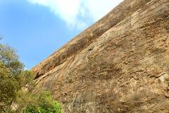 Une surface de colline avec le ciel du complexe sittanavasal de temple de caverne Photos stock