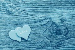 Une surface en bois de couleur bleue de denim avec un coeur et un mot de l'amour Photographie stock libre de droits