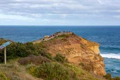 Une surveillance aux 12 apôtres au port Campbell sur le grand océan Image stock